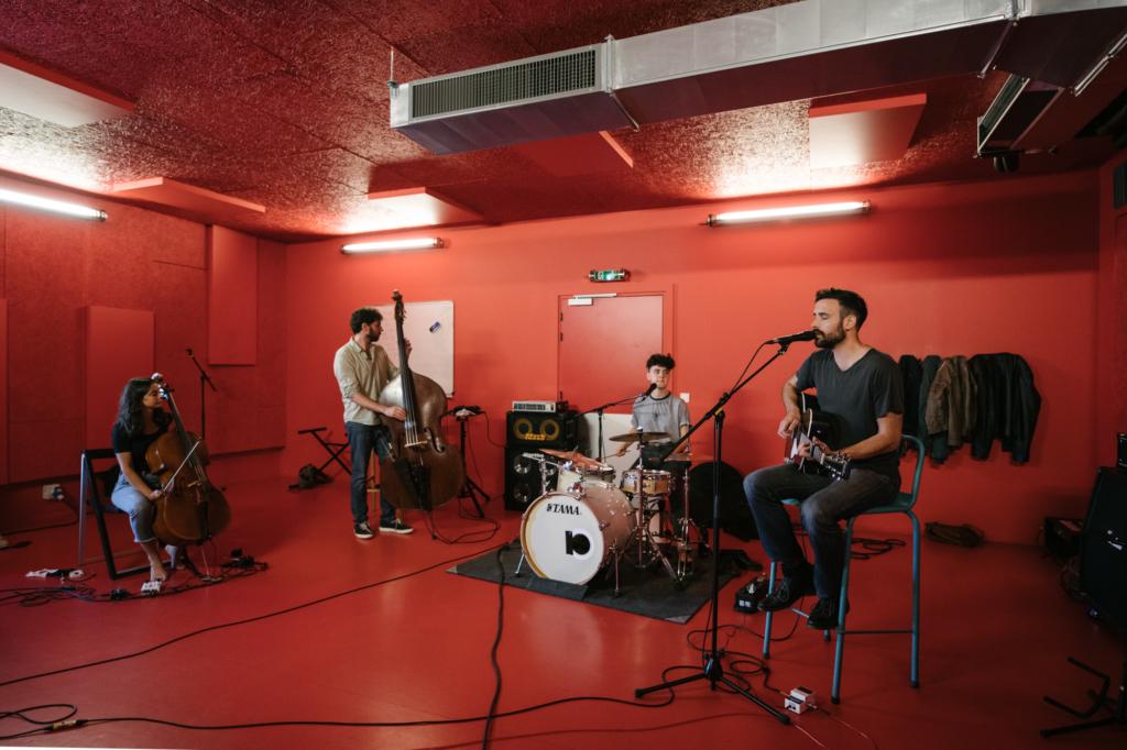 Une photo d'un studio de répétition à Trempo